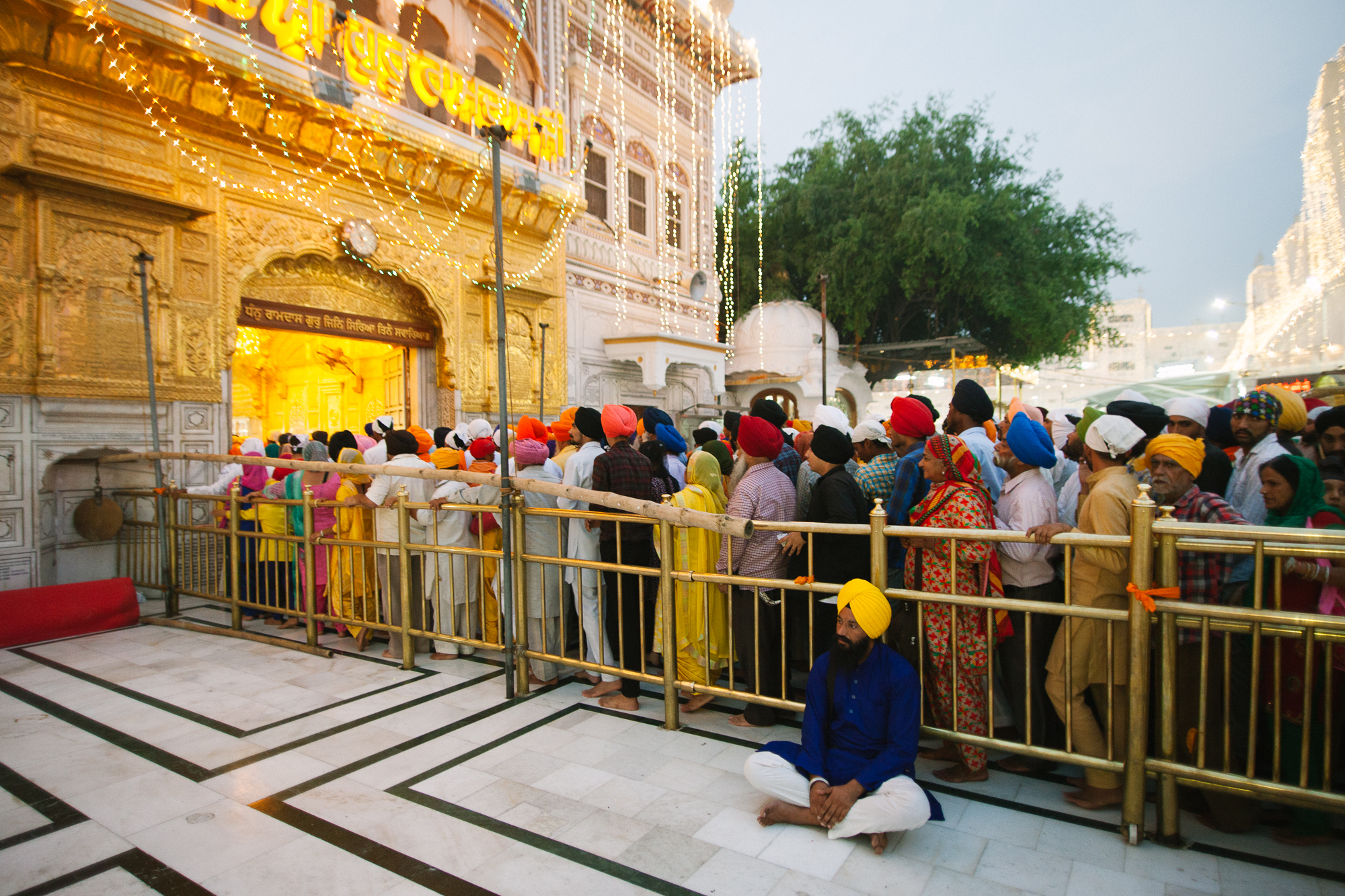 Pèlerins qui font la queue pour entrer dans le Saint des Saints