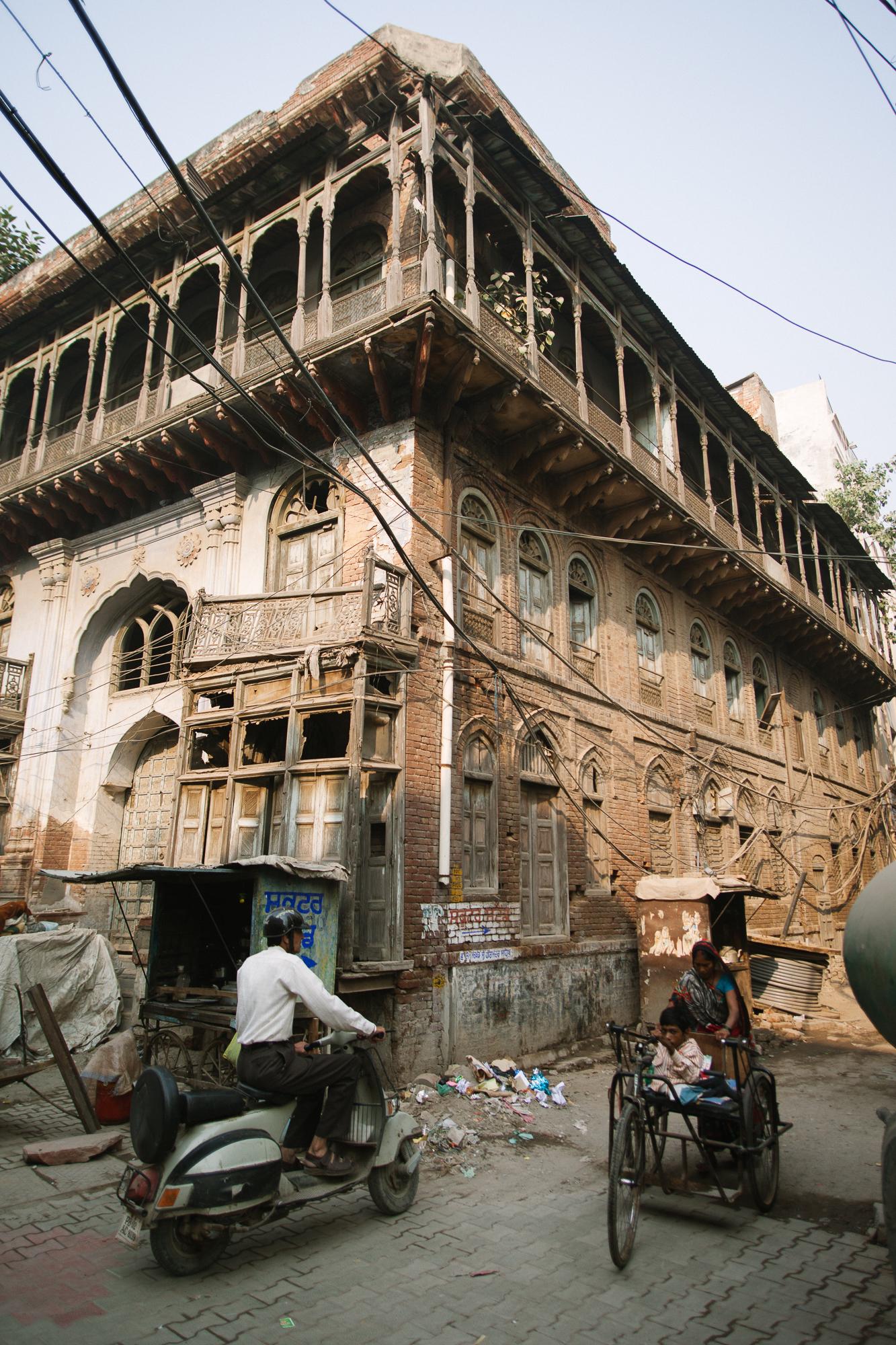 Un bâtiment décati, l'autre face d'Amritsar